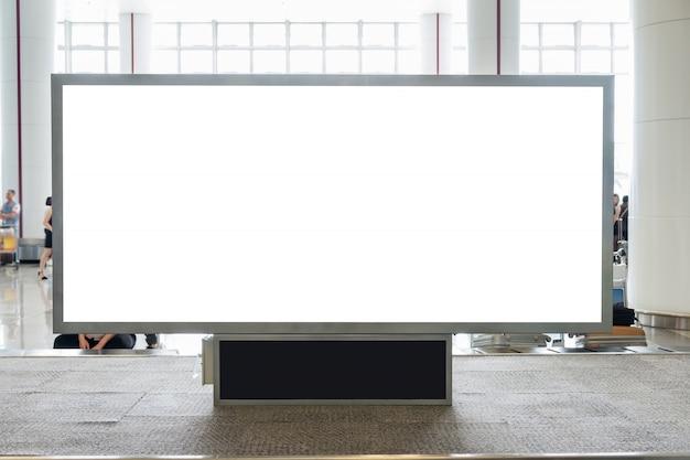 Cartelera digital en blanco con espacio de copia para publicidad, información pública en el hall del aeropuerto