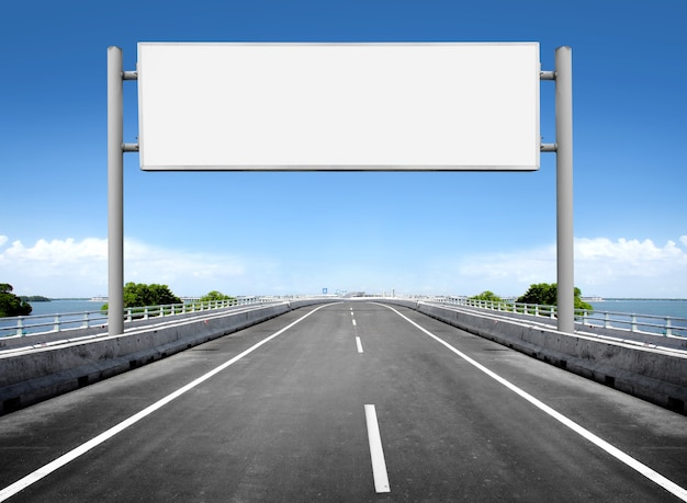 Cartelera en blanco o señal de tráfico