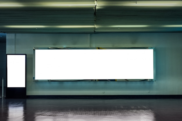 Cartelera grande en blanco con letrero de maqueta digital