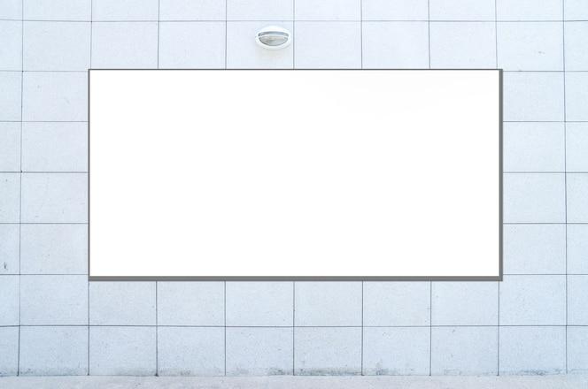 Cartelera grande en blanco en el edificio de oficinas. pared de acero