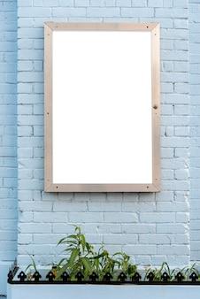Cartelera de maqueta en una pared de ladrillos