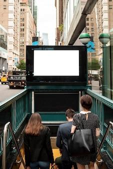 Cartelera de maqueta sobre entrada de metro
