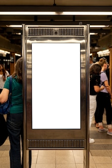 Cartelera de maquetas en una estación de metro