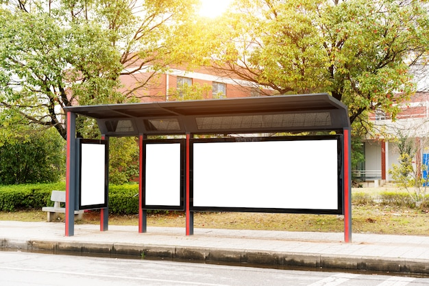 Cartelera, pancarta, vacía, blanca en una parada de autobús.