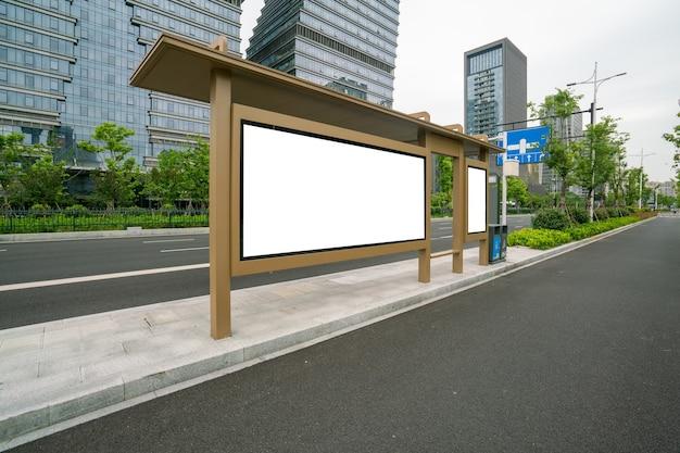 Cartelera de la parada de autobús en el escenario, qingdao, china