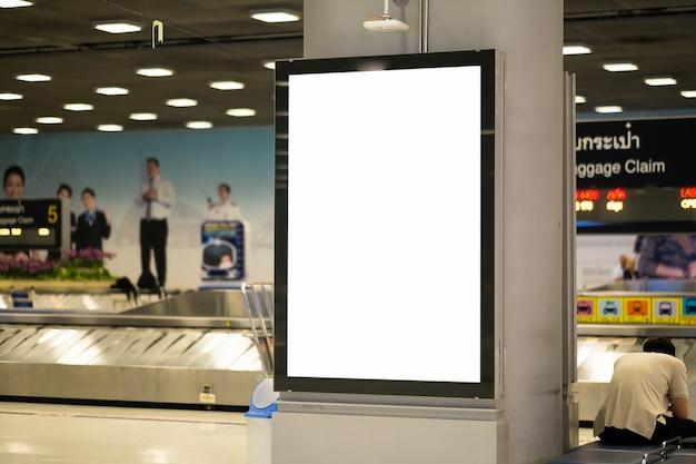 Cartelera publicitaria en blanco en el aeropuerto