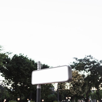 Cartelera publicitaria en blanco al aire libre