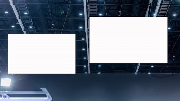 Cartelera publicitaria en blanco blanco colgando de techo alto
