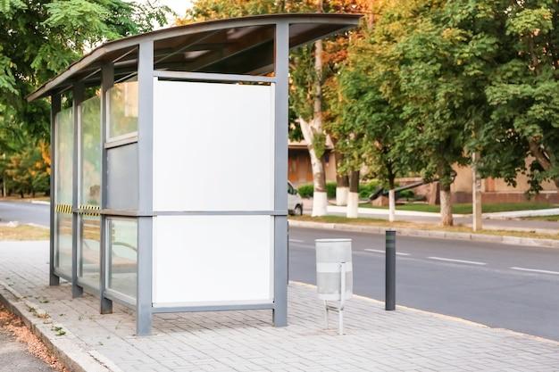 Cartelera publicitaria en blanco en las calles de la ciudad