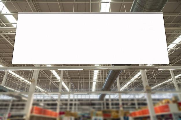 Cartelera publicitaria en blanco colgando en el supermercado