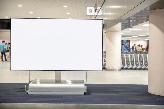 Cartelera publicitaria en blanco de medios digitales en el aeropuerto.