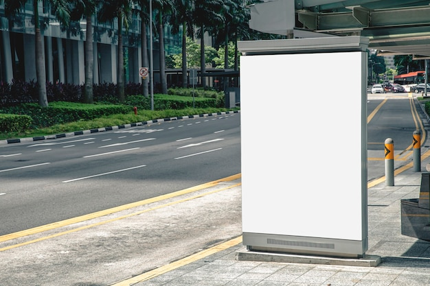 Cartelera publicitaria en blanco de medios digitales en la parada de autobús, carteleras publicitarias en blanco comerciales públicas con pasajeros