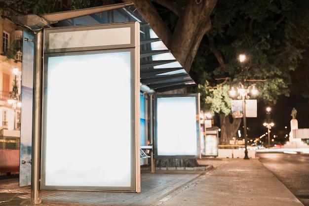 Cartelera publicitaria en blanco en la parada de autobús cerca de la calle