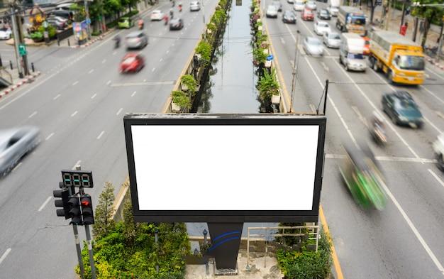 Cartelera publicitaria en blanco, tablero de información con semáforos en la calle. concepto de publicidad