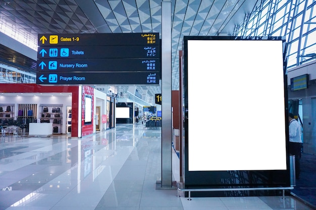 Cartelera publicitaria en blanco en el aeropuerto.