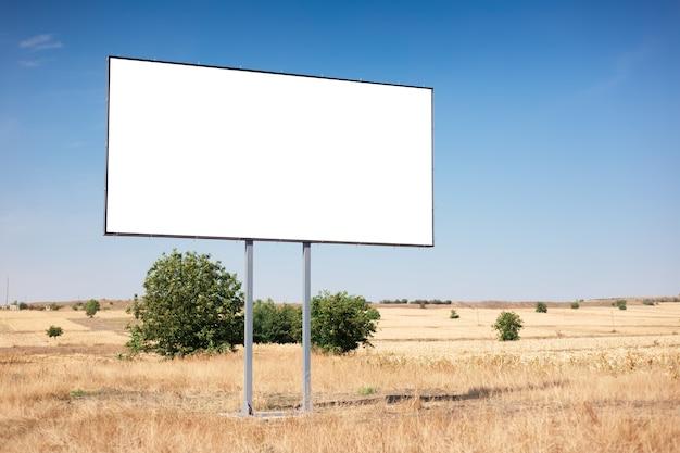Cartelera vacía para cartel publicitario en campo agrícola en azul