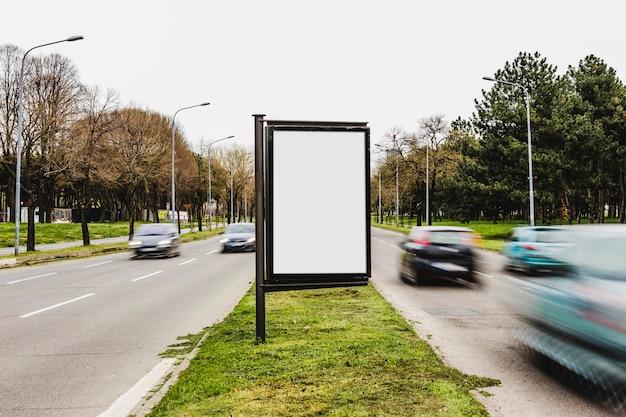 Una cartelera vacía para publicidad en la calle de la ciudad.