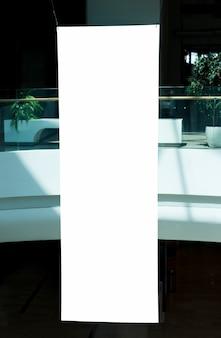 Cartelera vertical en blanco en centro comercial