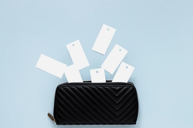 Carteles en blanco que salen de la billetera zip