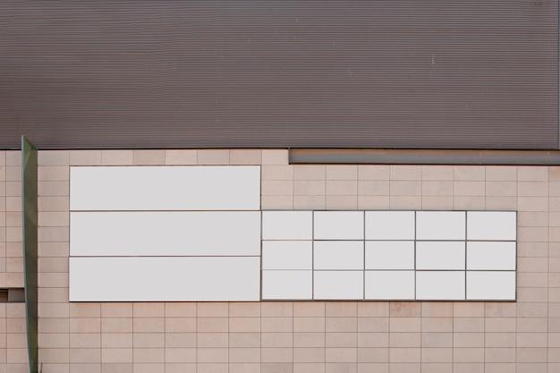 Carteles blancos en blanco en la pared.