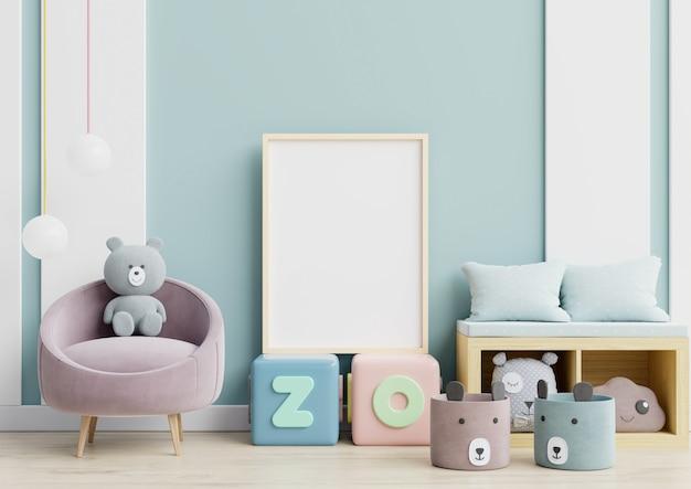 Carteles en habitación infantil interior pared azul.