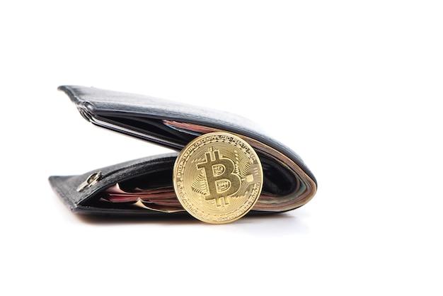 Cartera clásica negra con dinero y moneda bitcoin aislada sobre fondo blanco.