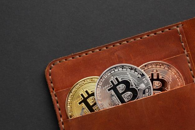 Cartera con primer plano de bitcoin