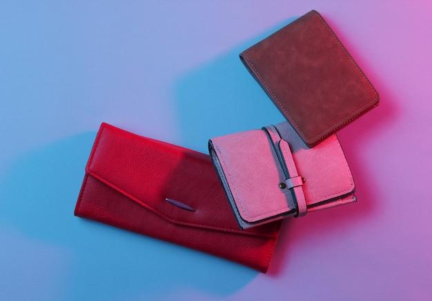 Carteras de moda con luz de neón retro azul rosa.