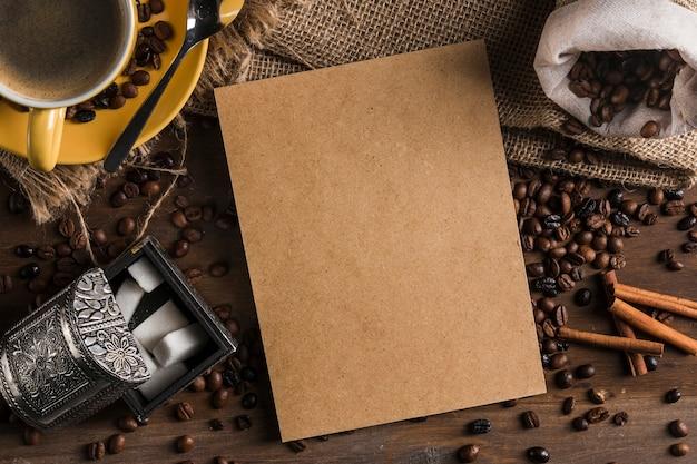 Cartón cerca de set de té, azucarero, saco y canela.