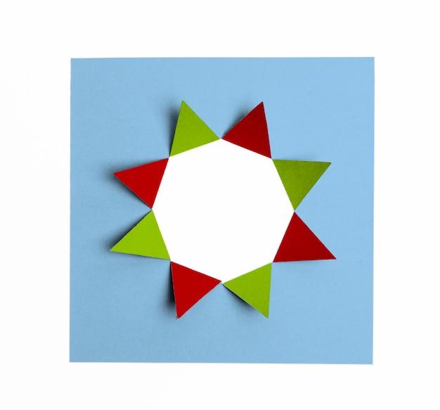 Cartón doblado formando figura de estrella