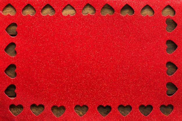 Cartón rojo con símbolos de corazón.