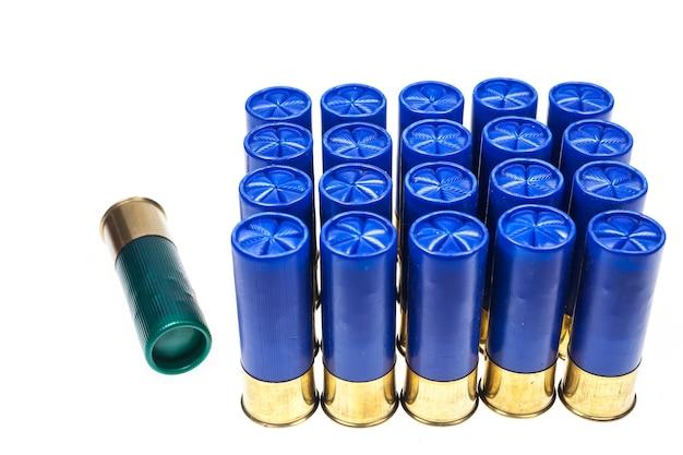Cartuchos de escopeta sobre fondo blanco.
