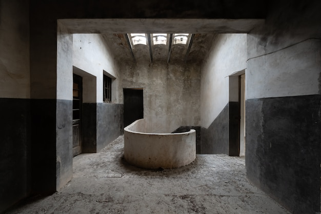 Casa abandonada oscura y espeluznante