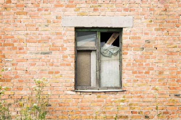 Casa abandonada con ventana antigua.