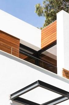 Casa de ángulo bajo con piezas de madera.