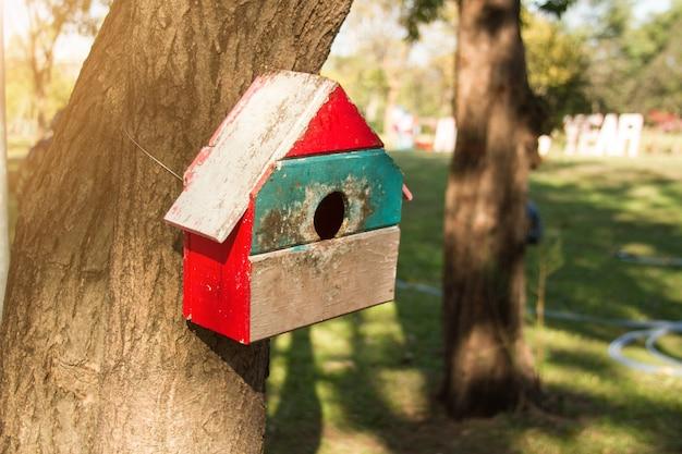 La casa de la ardilla en los árboles en el parque público.