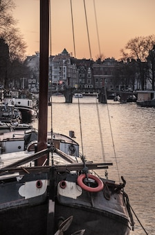 Casa de barco y canales en amsterdam, países bajos