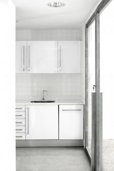 Casa blanca cocina moderna sencilla.