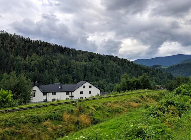 Casa blanca en montañas de los cárpatos