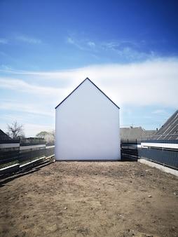 Casa blanca sin ventanas. casa vacía en la parcela