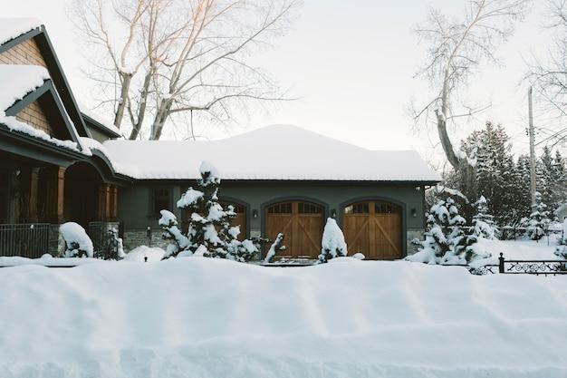 Casa de campo cubierto de nieve en invierno