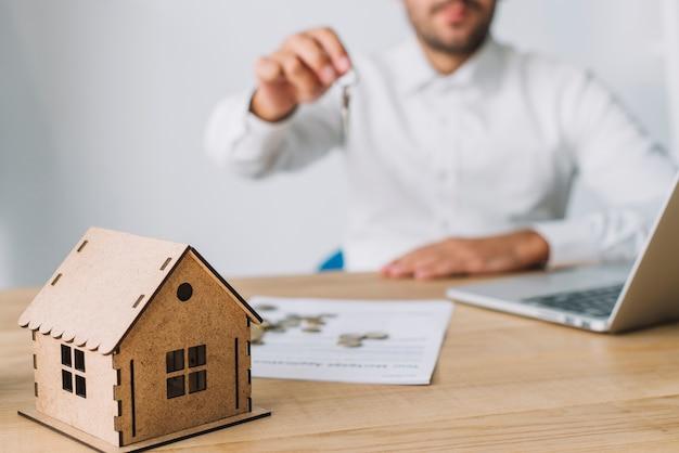 Casa cerca de agente de bienes raíces con llaves