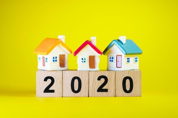 Casa colorida en miniatura en bloque de madera año 2020 utilizando como concepto de propiedad inmobiliaria