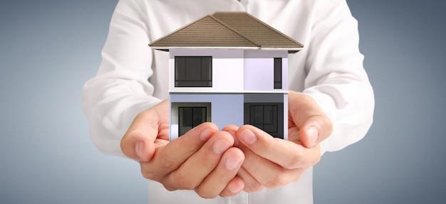 Casa estructura residencial en mano. concepto de propiedad de inversión y concepto de inversión financiera