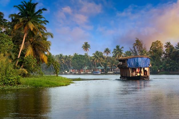 Casa flotante en kerala, india