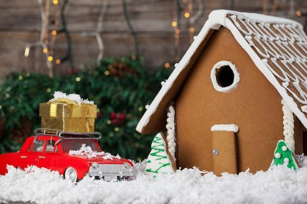 Casa de galleta con un coche rojo