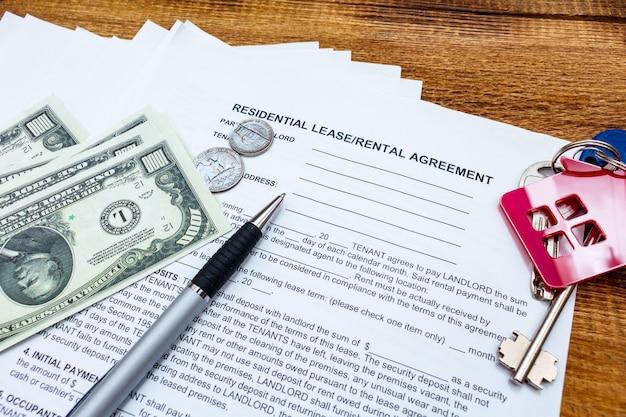 Casa, hogar, propiedad, arrendamiento inmobiliario contrato de arrendamiento contrato contrato pluma dinero monedas llaves madera