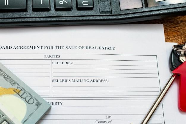 Casa, hogar, propiedad, compra de bienes inmuebles compra venta acuerdo contrato pluma dinero monedas llaves madera