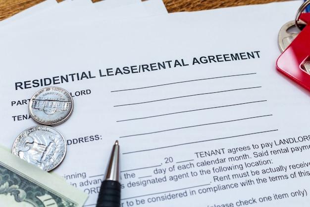 Casa, hogar, propiedad, contrato de arrendamiento inmobiliario contrato de arrendamiento bolígrafo monedas de dinero