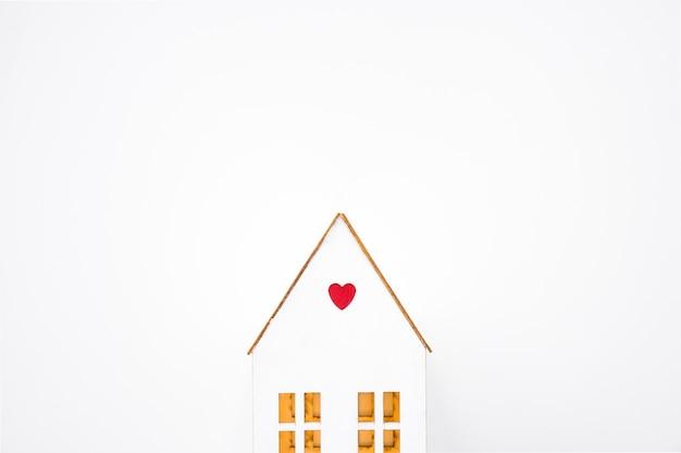 Casa de juguete con corazón pequeño.
